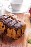 Свежий домодельный торт губки шоколада Стоковое Изображение RF