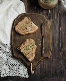 Свежий домодельный pate куриной печени на здравице с хлебом овощей домодельным Стоковая Фотография RF
