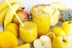 Свежий органический желтый smoothie стоковое фото rf