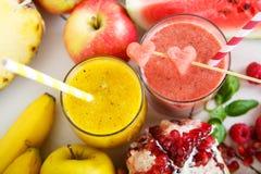 Свежий органический красный и желтый smoothie стоковая фотография rf