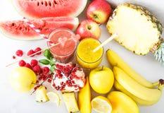 Свежий органический красный и желтый smoothie стоковое фото