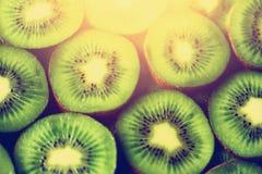 Свежий органический отрезанный плодоовощ кивиа Рамка еды с космосом экземпляра для вашего текста знамена Зеленый киви объезжает п Стоковое фото RF