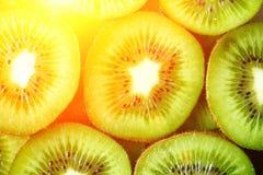 Свежий органический отрезанный плодоовощ кивиа Рамка еды с космосом экземпляра для вашего текста знамена Зеленый киви объезжает п Стоковое Изображение RF