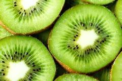 Свежий органический отрезанный плодоовощ кивиа Рамка еды с космосом экземпляра для вашего текста знамена Зеленый киви объезжает п Стоковые Фотографии RF
