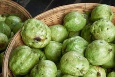 Свежий органический плодоовощ, guavas, на рынке Стоковые Фотографии RF