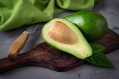 Свежий отрезанный авокадо стоковые фото