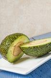 Свежий отрезанный авокадо, половина Стоковые Фотографии RF