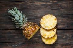 Свежий отрезанный ананас на деревянной таблице Взгляд сверху Стоковые Фотографии RF