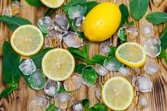 Свежий отрезанный лимон, яркая ая-зелен мята и лед на деревянном столе Ingridients безалкогольные коктеиля Mojito Концепция освеж Стоковое Изображение