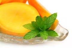 Свежий отрезанный манго с мятой Стоковое Изображение
