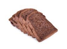 Свежий отрезанный темный хлеб какао на белой предпосылке Стоковое Изображение RF