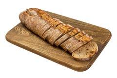 Свежий отрезанный хлеб на деревянной доске изолированной на белизне Стоковая Фотография RF