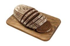 Свежий отрезанный хлеб рож на деревянной доске изолированной на белизне Стоковое Изображение