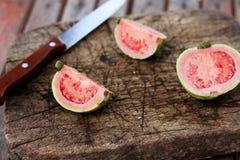 Свежий отрезанный guava стоковая фотография