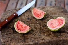 Свежий отрезанный guava стоковые изображения rf