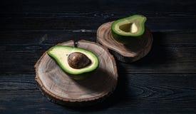 Свежий отрезок авокадоа в 2 половины с косточкой Стоковые Изображения