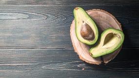 Свежий отрезок авокадоа в 2 половины с косточкой Стоковое Изображение RF