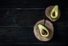 Свежий отрезок авокадоа в 2 половины с косточкой Стоковые Фотографии RF