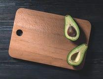Свежий отрезок авокадоа в 2 половины с косточкой Стоковые Фото