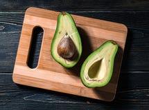 Свежий отрезок авокадоа в 2 половины с косточкой Стоковая Фотография