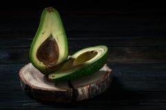 Свежий отрезок авокадоа в 2 половины с косточкой Стоковое Изображение