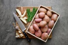 Свежий от картошек фермы готовых быть зажаренным в духовке с чесноком и Стоковые Изображения