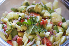 Свежий очень вкусный салат с авокадоами, томатами, луками Стоковые Изображения RF