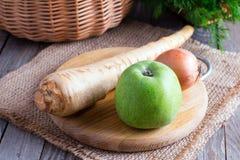 Свежий пастернак с яблоком на деревянном столе Ингридиенты для супа пастернака с яблоком Стоковые Фотографии RF