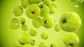 Свежий падать яблок оливка масла кухни еды принципиальной схемы шеф-повара свежая над салатом ресторана движение медленное Изолят акции видеоматериалы