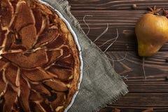 Свежий пирог груши с spieces на деревянной предпосылке Стоковые Изображения RF