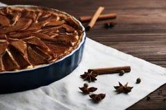 Свежий пирог груши с spieces на деревянной предпосылке Стоковая Фотография