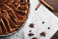 Свежий пирог груши с spieces на деревянной предпосылке Стоковое Изображение