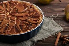 Свежий пирог груши с spieces на деревянной предпосылке Стоковое фото RF