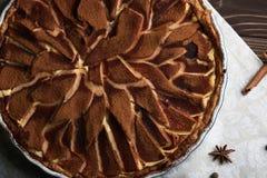 Свежий пирог груши с spieces на деревянной предпосылке Стоковые Фото