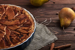 Свежий пирог груши с spieces на деревянной предпосылке Стоковое Фото