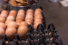Свежий пищевой ингредиент яичка в пакете на таблице Стоковые Фотографии RF