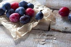 Свежий плодоовощ сливы на деревенской белой древесине стоковое фото