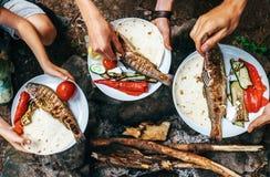 Свежий подготовленный обедающий с зажаренными форелями и овощами Лето Стоковое фото RF
