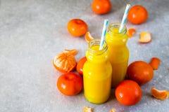 свежий помеец сока над изолированной белизной взгляда tangerine сока Стоковые Изображения