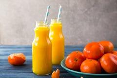 свежий помеец сока над изолированной белизной взгляда tangerine сока Стоковое Изображение RF