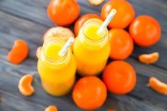 свежий помеец сока над изолированной белизной взгляда tangerine сока Стоковые Изображения RF