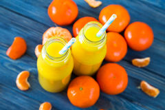 свежий помеец сока над изолированной белизной взгляда tangerine сока Стоковые Фотографии RF