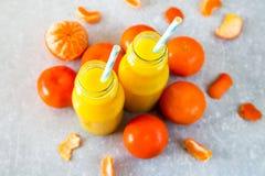 свежий помеец сока над изолированной белизной взгляда tangerine сока Стоковое Фото