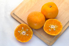 Свежий половинный апельсин скольжения на деревянной доске jpg Стоковая Фотография