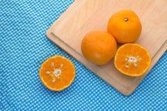 Свежий половинный апельсин скольжения на деревянной доске jpg Стоковые Изображения RF