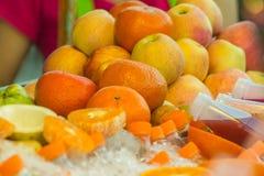 свежий половинный зрелый апельсин для сока Стоковые Фотографии RF