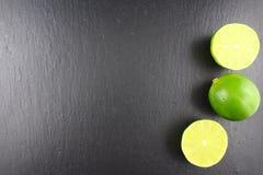 Свежий плодоовощ известки на текстуре предпосылки еды плиты шифера Стоковые Фото