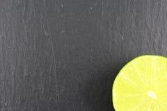 Свежий плодоовощ известки на текстуре предпосылки еды плиты шифера Стоковое Изображение