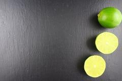 Свежий плодоовощ известки на текстуре предпосылки еды плиты шифера Стоковые Изображения