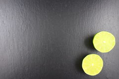 Свежий плодоовощ известки на текстуре предпосылки еды плиты шифера Стоковая Фотография RF